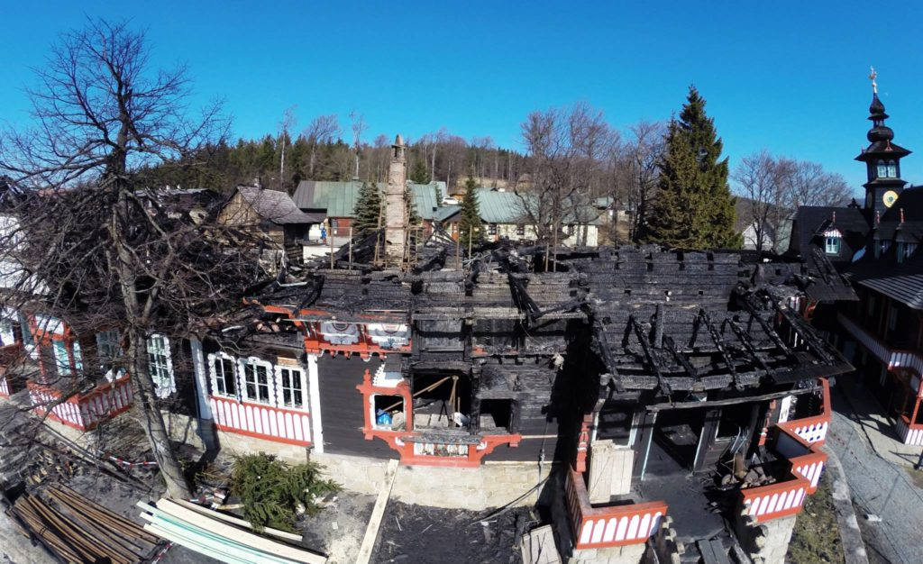 vyhořelá chata Libušín vchod
